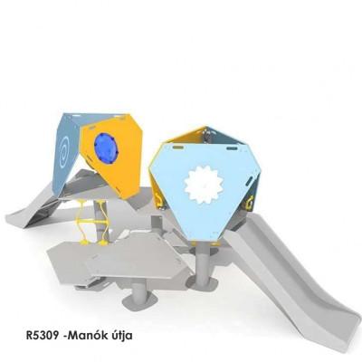 R5309 -Manók útja játékház, 6 különféle magasságú emelvényt, tetőablakokat, kötéllétrákat, többféle geometriai elemeket tartalmaz.